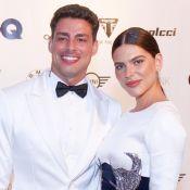 Cauã Reymond e Mariana Goldfarb dão match fashion e se beijam em prêmio. Fotos!