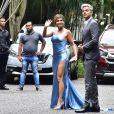 Flávia Alessandra deixa perna à mostra em modelo Tufi Duek