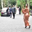 Sabrina Sato usa vestido estiloso e deixa curvas em evidência