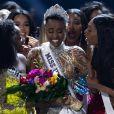 A emoção tomou conta da sul-africana Zozibini Tunzi ao vencer o Miss Universo 2019