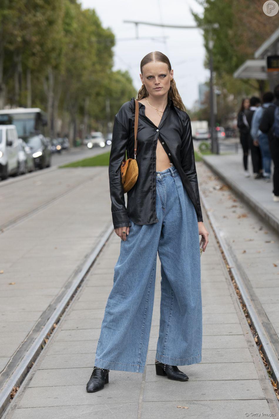 Jeans no moda: modelo folgado e larguinho, o grandpa jeans pode ser aliado à camisa social aberta em look moderinho para 2020
