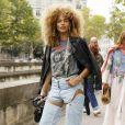Moda jeans 2020: calça jeans com recortes na altura da coxa é forma descontraída de apostar no modelo tradicional do closet
