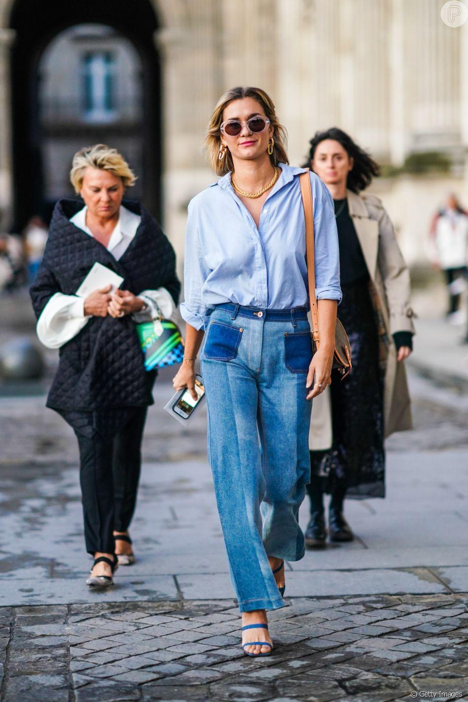 Moda jeans 2020: a dica do street style para apostar na calça bicolor é investir em cós e bolsos em tons diferentes