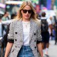 A bermuda jeans é um revival dos anos 90 que tem voltado à moda e garante looks casuais mais frescos no verão