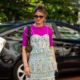 Moda verão 2020: blusa rosa neon pode ser usada por baixo do vestido em uma sobreposição fashion
