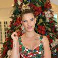 Andressa Suita apostou no look estampado com as cores do Natal e fez um coque alto e volumoso
