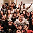 Marido de Paulo Gustavo, Thales Bretas se reúne com amigos e família de Anitta no cinema