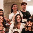Anitta reúne família e amigos de Honório Gurgel em cinema do Rio de Janeiro após confraternização em casa