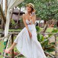 Moda praia das famosas: Juliana Paes arrematou o look total white com chapéu de palha