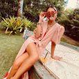 Moda praia das famosas: a influencer Thássia Naves apostou em óculos retrô com armação vermelha, mix de colares e saída de praia fashionita, com manga bufante e estampa de morangos