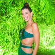 Moda das famosas: a influencer Camila Coutinho apostou em vestido verde com recortes na frente e detalhes artesanais
