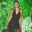 Moda de Bruna Marquezine: vestido preto assimétrico com aplicações de miçanga foi escolha da atriz em Trancoso, na Bahia