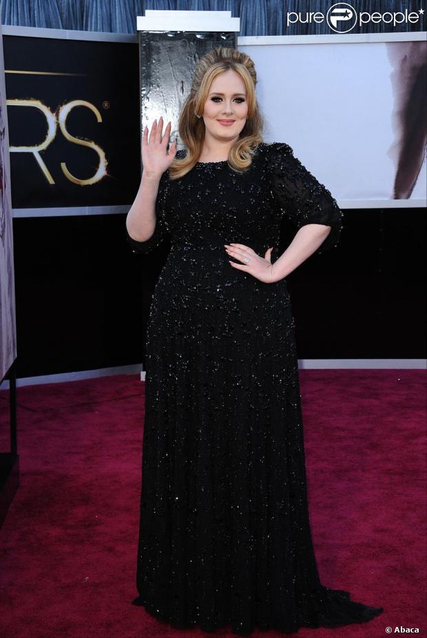 Adele recebe o Oscar de Melhor Canção Original durante a premiação, que aconteceu na noite deste domingo, 24 de fevereiro de 2013