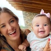 Filha de Ticiane Pinheiro estoura o fofurômetro sorridente em foto com a mãe