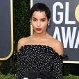 Zoe Kravitz apostou na estampa de poá preto e branco em tamanhos diferentes no look do Globo de Ouro 2020
