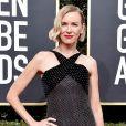 Naomi Watts apostou no vestido com detalhe em poá preto e branco no decote, bem discreto, no look do Globo de Ouro