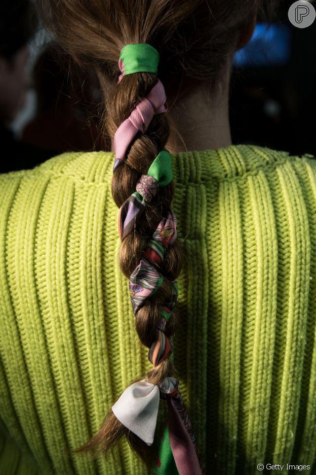 Nos cabelos longos, o lenço embutido no comprimento do cabelo dá mais charme à trança simples