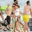 Isis Valverde curte praia no Rio de Janeiro com o filho, Rael