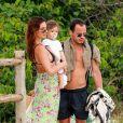 Isis Valverde leva Rael à praia com amigo