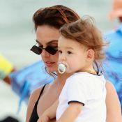 Isis Valverde aposta em body chain para dia de praia com o filho, Rael. Fotos!