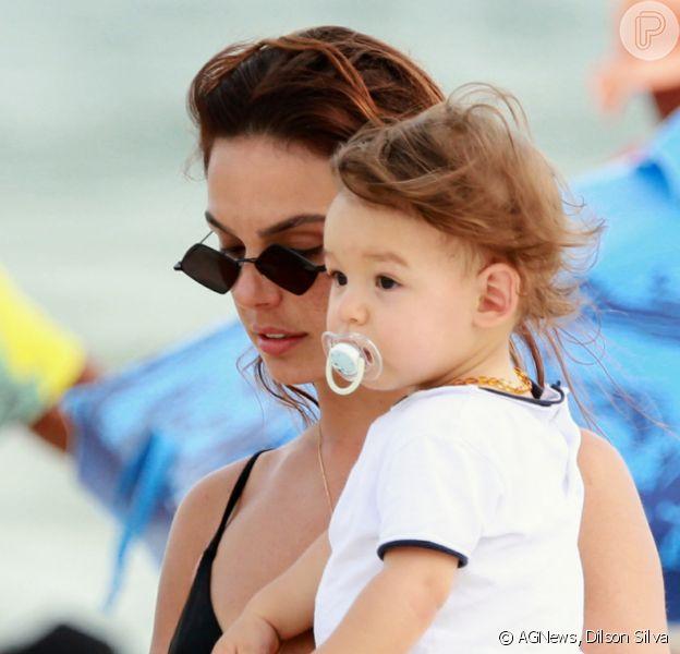 Isis Valverde curte praia acompanhada do filho, Rael, no Rio de Janeiro, em 11 de janeiro de 2020