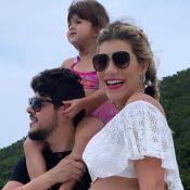Grávida de 8 meses, Paula Vaccari exibe barriga em foto com Cristiano em barco