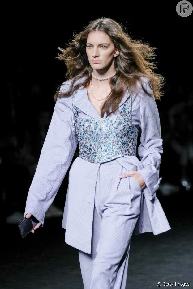 Dica de moda: top por cima da roupa promete valorizar o visual como no desfile da Anel Yaos no Madrid Fashion Week