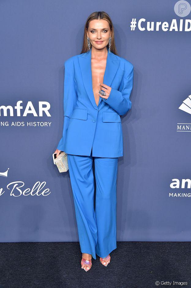 Moda de luxo! Office look oversized bombou no look de Alina Baikova para Baile da amfAR nesta quarta-feira, dia 05 de fevereiro de 2020