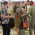 Sabrina Sato é tietada por fãs no aeroporto de Congonhas