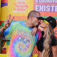 Ex-BBB Aline Gotschalg deu um beijo no marido, Fernando Medeiros, em bastidor de evento