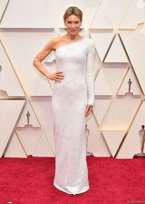 Renée Zellweger apostou em um look all white de um ombro só da grife Emporio Armani para o Oscar 2020
