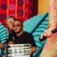 Anitta escolhe cores neon para look na Carvalheira na Ladeira