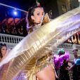 Camila Queiroz mostrou a boa forma em fantasia futurista ao estrear como rainha do Baile do Copa