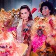 Camila Queiroz interagiu com outros convidados do Baile do Copa neste domingo de carnaval, 23 de fevereiro de 2020