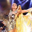 Camila Queiroz usou fantasia com costeiro esvoaçante em baile de carnaval