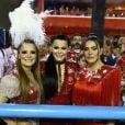 A dupla Maiara e Maraisa posa com a cantora Cleo em frisa na Sapucaí
