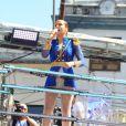 Claudia Leitte esbanja estilo em trio elétrico com fantasia de revolucionária baiana.