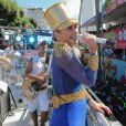 Claudia Leitte usa muito brilho para cantar no carnaval de Salvador