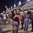 Mileide Mihaile usa cropped e saia jeans para curtir o carnaval do Rio de Janeiro.
