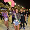 Bruna Marquezine 'invadiu' a Marquês de Sapucaí e desfilou com a bandeira da Mangueira em 2019