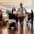 Tatá Werneck e Rafael Vitti foram fotografados passeando com a filha em shopping do RJ