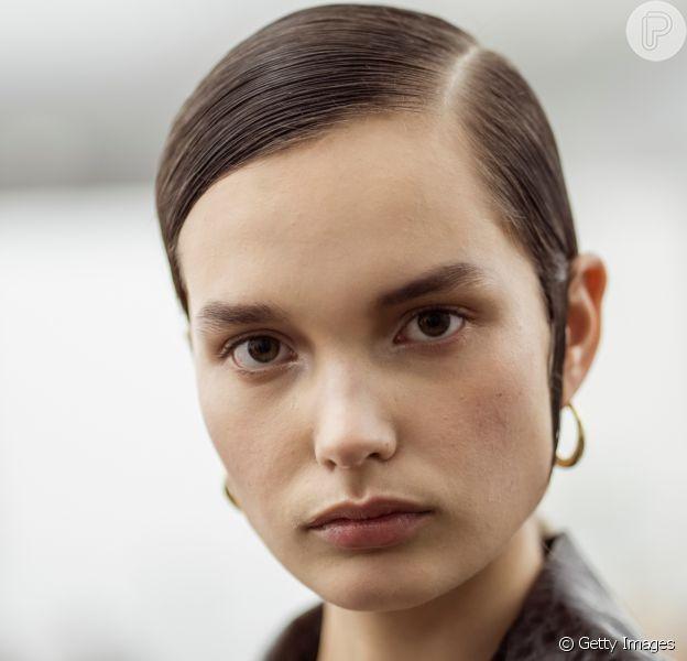 O cabelo todo esticado, com efeito molhado, foi o penteado que bombou nos desfiles das Semanas de Moda