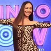 Leopard print e ombro a ombro: Sabrina Sato elege look trendy em evento na TV