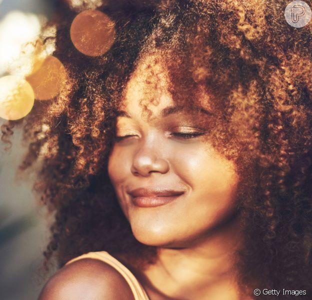 Para manter os cabelos cacheados mais definidos, o primeiro passo é investir nos produtos certos na lavagem