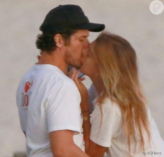 José Loreto é flagrado aos beijos com DJ em praia do Rio de Janeiro, nesta terça-feira, 24 de março de 2020