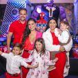 A dupla Simone e Simaria cancelou shows por conta da pandemia de coronavírus e está em casa com a família