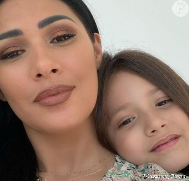 Simaria mostrou a filha, Giovanna, fazendo bolo em vídeo nesta quinta-feira, dia 26 de março de 2020