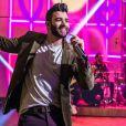 Gusttavo Lima fez um show luxuoso na sala de sua mansão neste domingo, 28 de março de 2020
