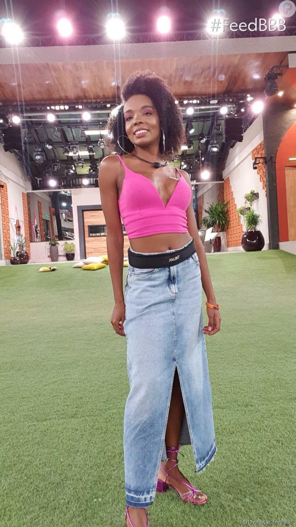 Thelma, do 'BBB20', adora produções mais descontraídas, como essa saia jeans longa e a top rosa