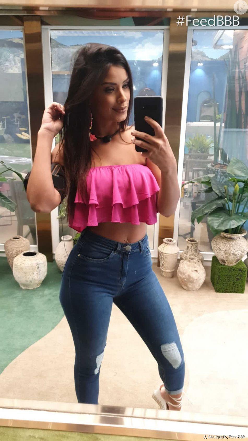 Ivy, do 'Big Brother Brasil 20', combinou jeans de lavagem escura com top de babados